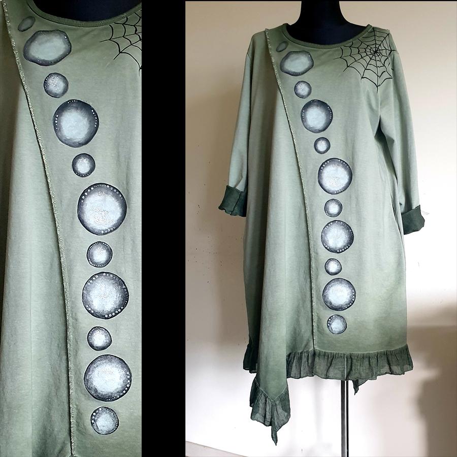 Krogi večji in manjši na zelen obleki