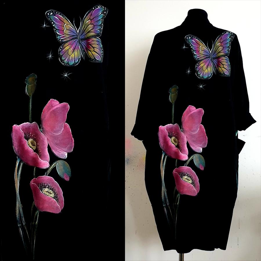 Makovi cvetovi ter metuljček.