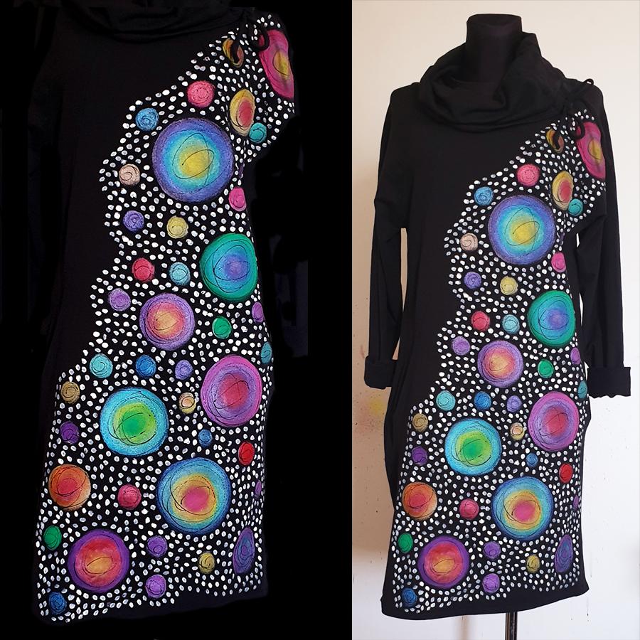 Motiv z raznimi pikami raznih barv ter obilica majhnih pikic.