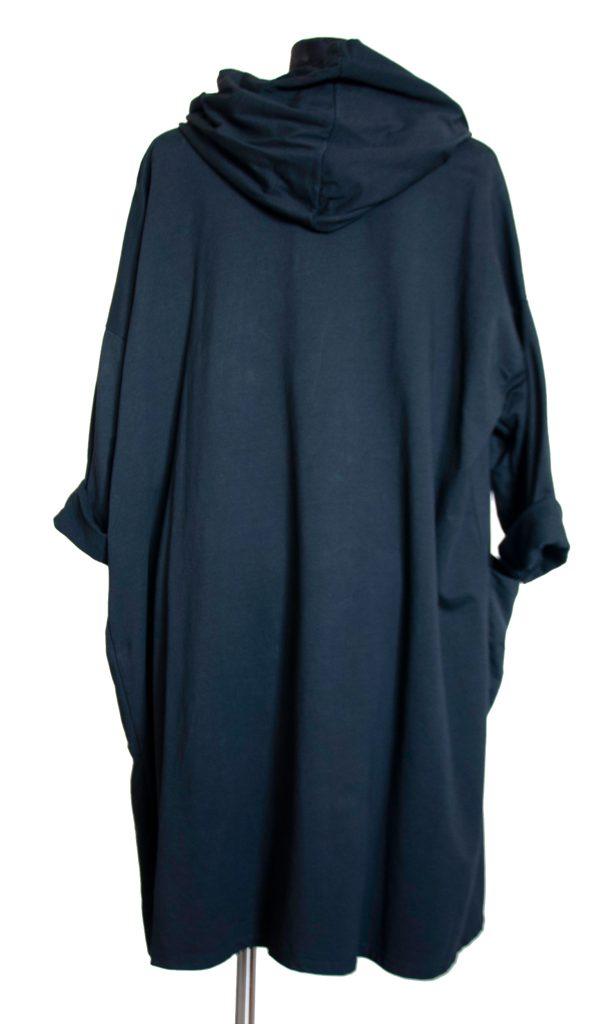 Dolga črna obleka prikazana z zadnje strani