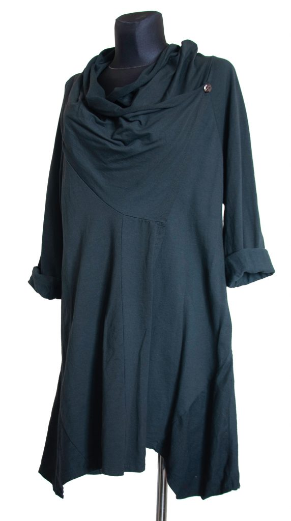 model dolge črne obleke z velikim ovratnikom.