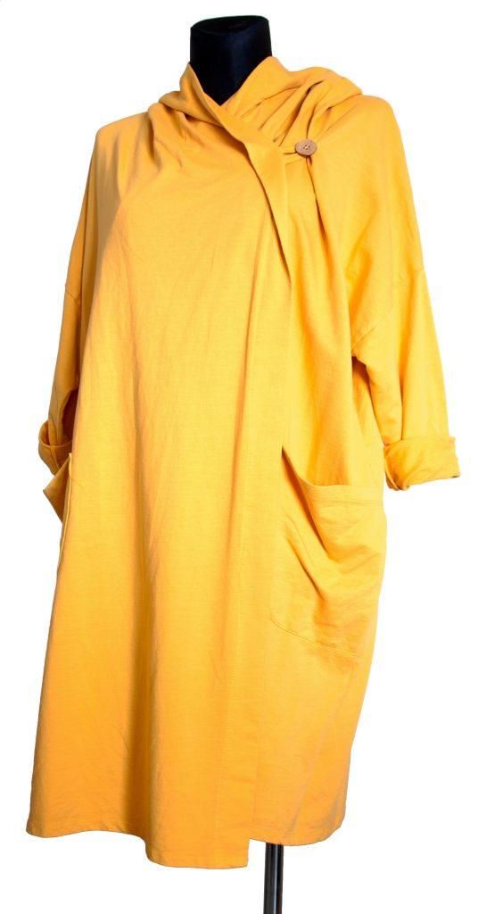 Model dolge rumene obleke na pregib