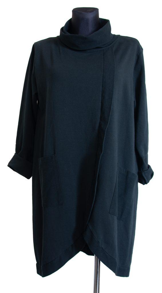 model črne obleke srednje dolžine na pregib.