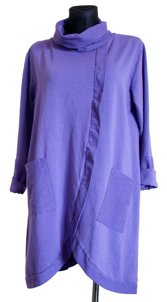 Model dolge vijolične obleke z ovratnikom.