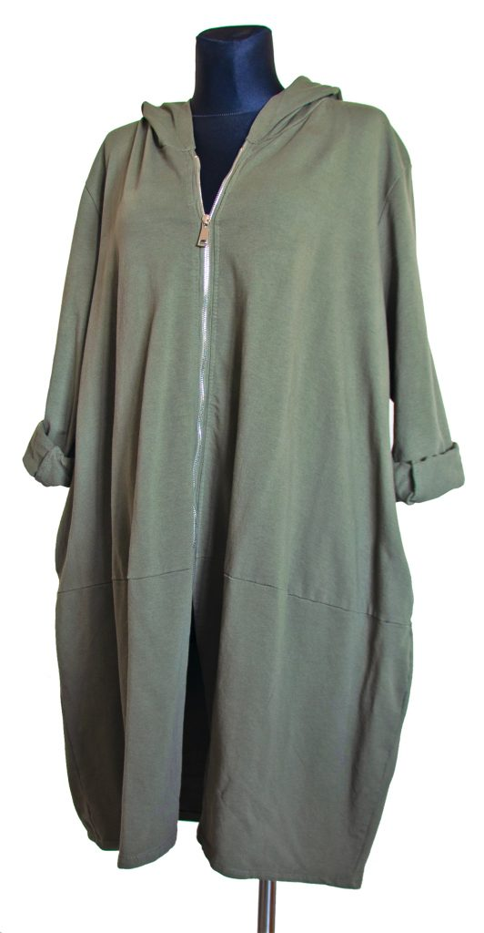 Model dolge obleke v vojaško zeleni barvi z zadrgo.