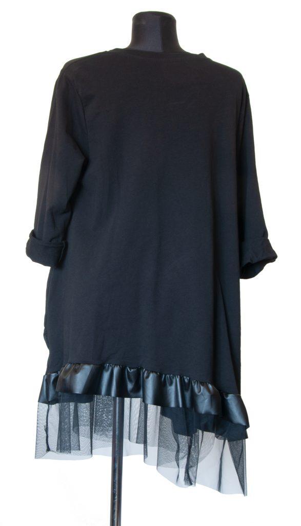 Črna obleka z mrežastim robom od zadaj.