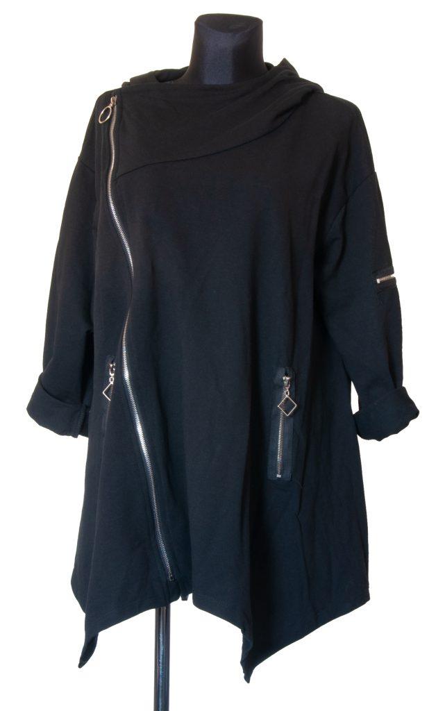 Model srednje dolge črne obleke z več zadrgami.
