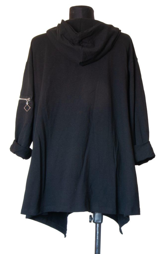 Črna obleka z več zadrgami od zadaj.