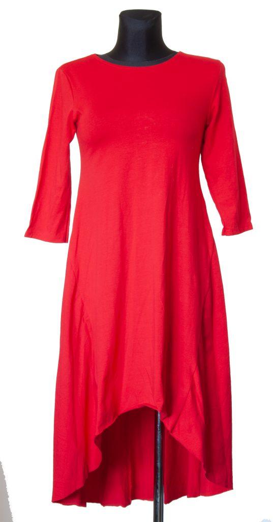 Model dolge rdeče v telesu oprijete obleke.
