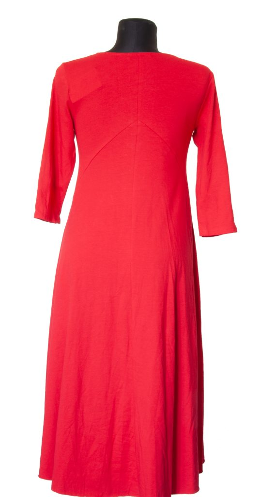 Dolga rdeča oprijeta obleka od zadaj.