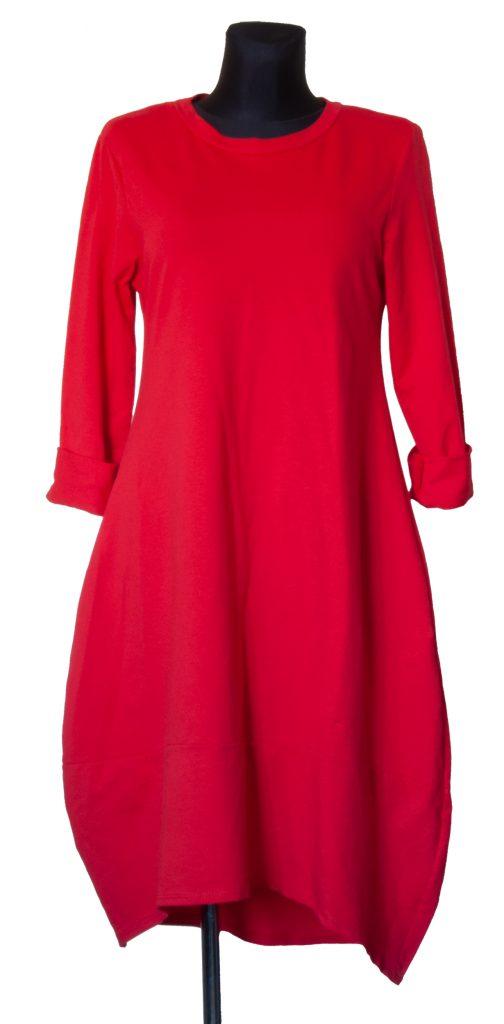 Model dolge rdeče obleke spodaj oblike zvonca.