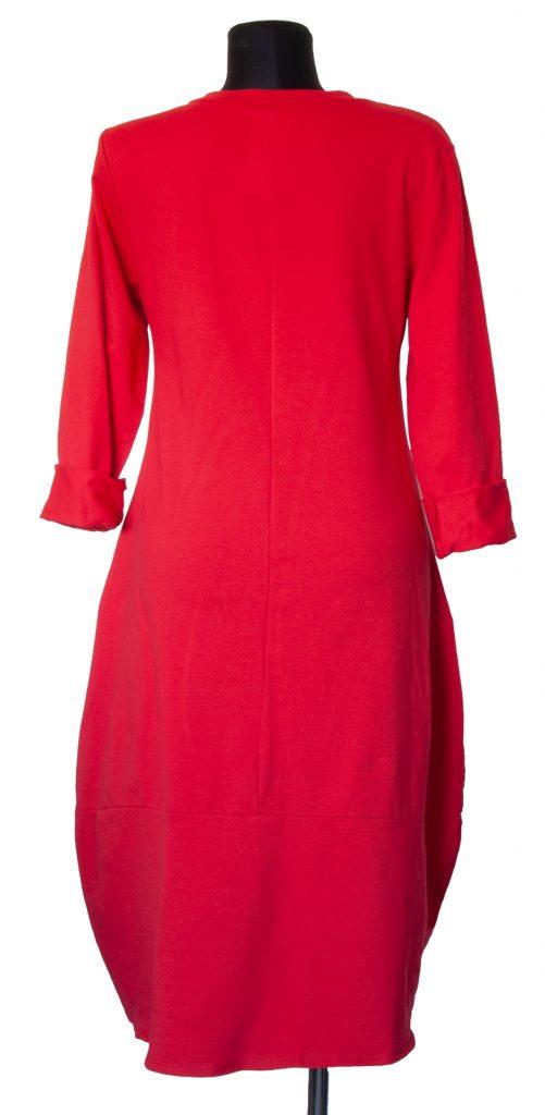 Dolga rdeča obleka oblike zvonca od zadaj.