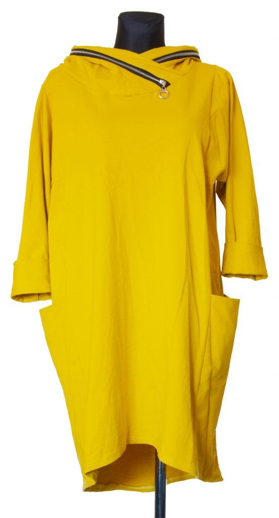 Model dolge rumene obleke z zadrgo na kapuci.