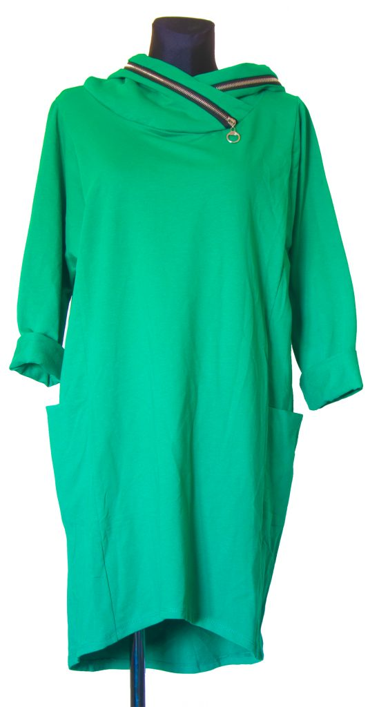 Model zelen obleke zadrgo na kapuci.