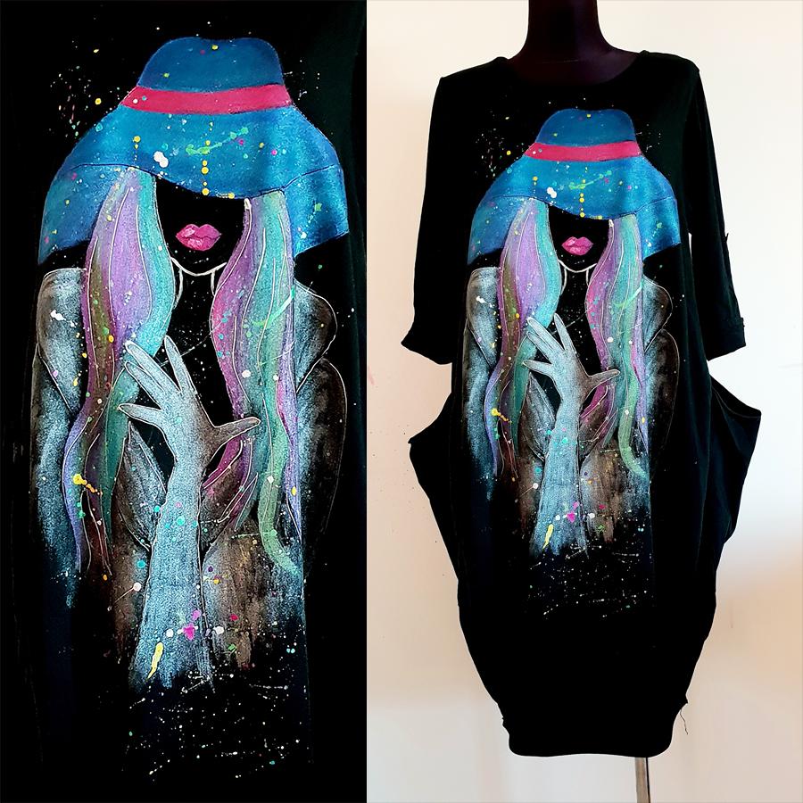 Dama s klobukom v turkiznih odtenkih na črni obleki.