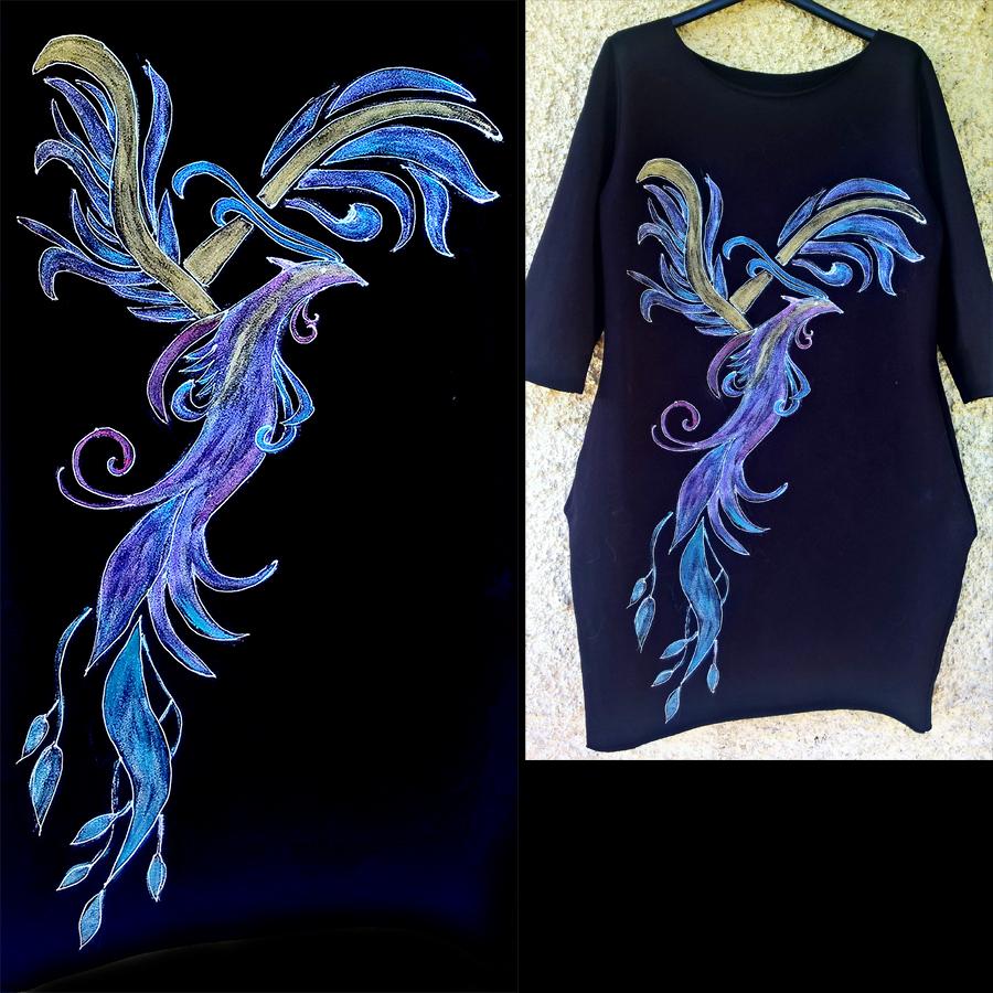 Motivi in poslikave feniksa pretežno v modrih odtenkih na črni obleki.